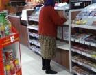 Ez az idős asszony levette a saras cipőjét a benzinkút bejáratánál, úgy ment be, mert nem akarta összekoszolni a tiszta padlót. Nézd meg milyen reakciót váltott ez ki az emberekből!