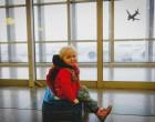 Alig akarta elhinni, amikor meglátta, hogy mit ad a kislányának az idegen férfi a reptéren