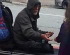 A kislány segített egy hajléktalannak, bekerültek a tévébe. Egy nő ráismert a rejtélyes kapucnis férfira: