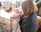 Pici baba a nagymamája karjaiban fekszik – mikor énekelni kezd neki a baba reakciója fantasztikus