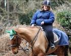 A lány posztolt egy szelfit a lovával, de miután megláttak rajta valami szörnyűséget, lájkok helyett feljelentés lett a jutalma