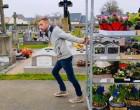 Virágba borította a temetőt egy kertész, akinek a járvány miatt tönkrement a vállalkozása
